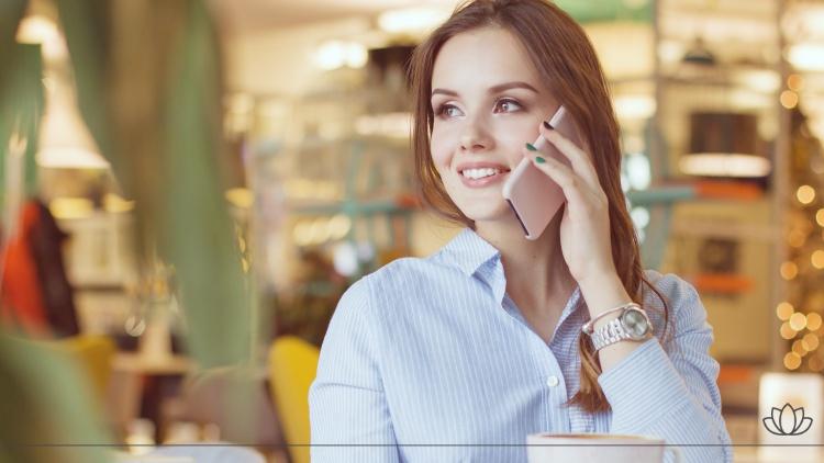 電話をかけている綺麗な女性の画像