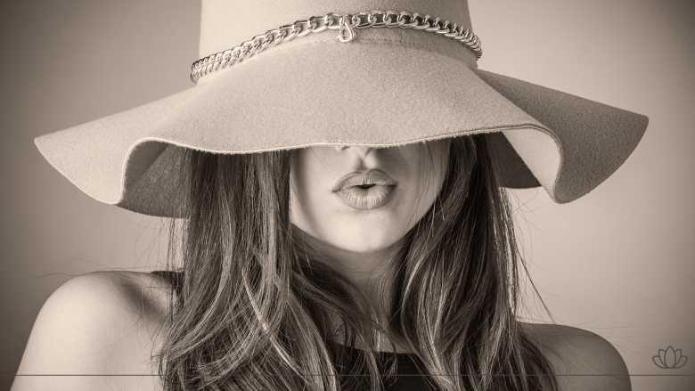 帽子を被った美しい女性画像