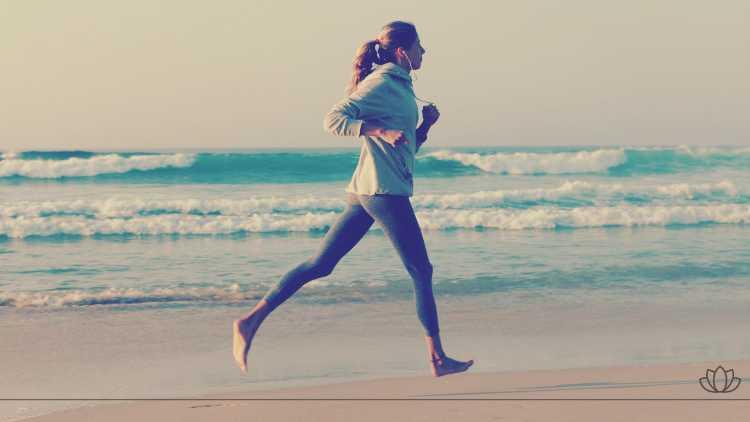 水辺をジョギングする女性の画像