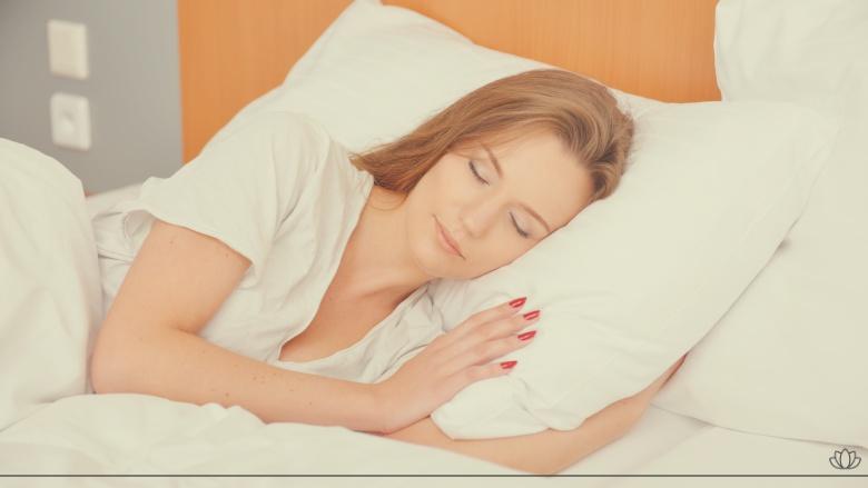 ベットで寝ている女性画像