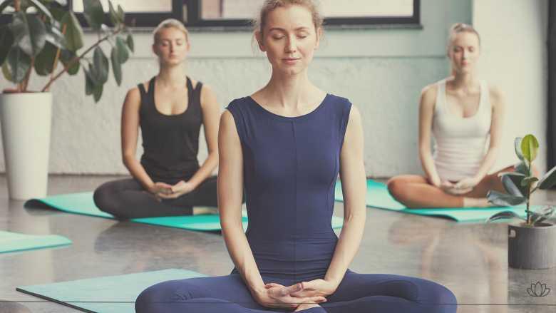 瞑想している女性画像