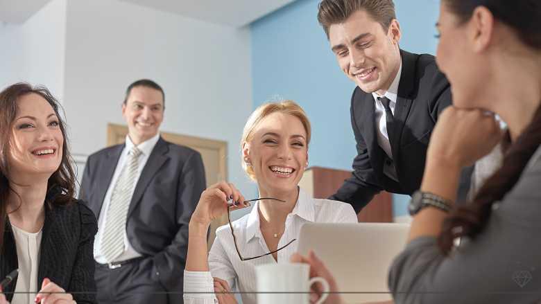 オフィスで笑う素敵な女性