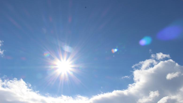 陽射しの強い太陽の画像